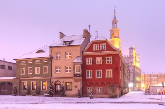 눈 덮인 크리스마스 밤에 올드 타운의 올드 마켓 스퀘어에 포즈 난 타운 홀, 포즈 난