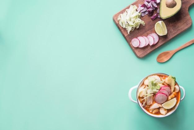 Pozole красный типичная мексиканская еда