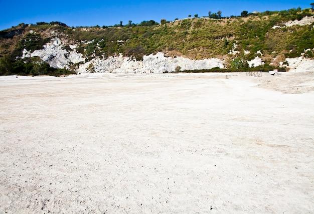 イタリア、ポッツオーリ。ソルファタラ地域、火山の噴火口はまだ活動中です。