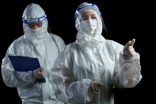 Ppeと顔面シールドを装着した医師がレポートを取得