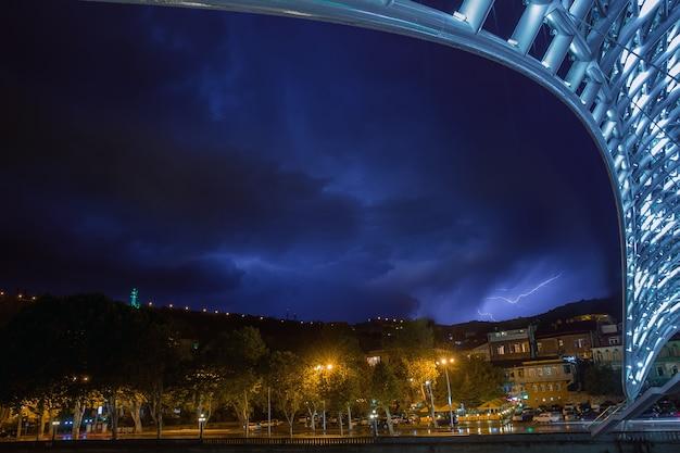 トビリシのpraceの橋-夜のショット
