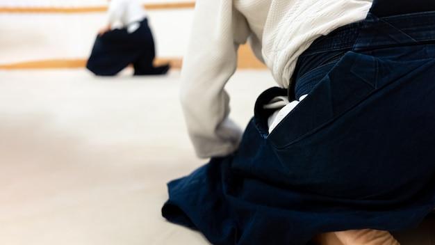 畳で合気道の武道を練習する