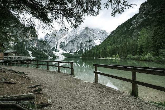 Pragser wildseeまたはイタリアのbraies lakeでのハイキングトライアル。