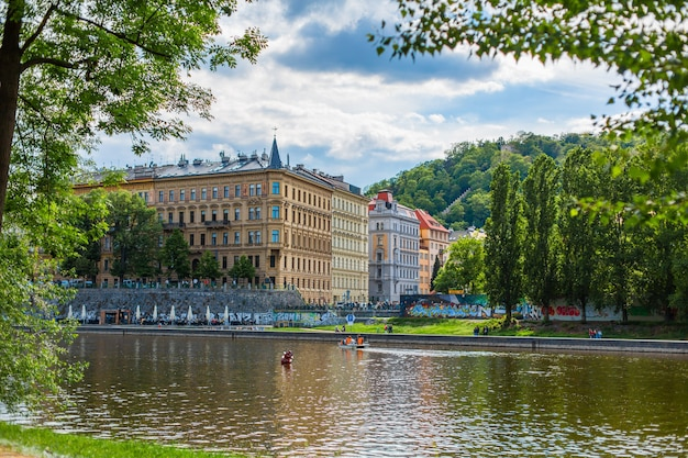 プラハの建築。緑豊かな公園の堤防。