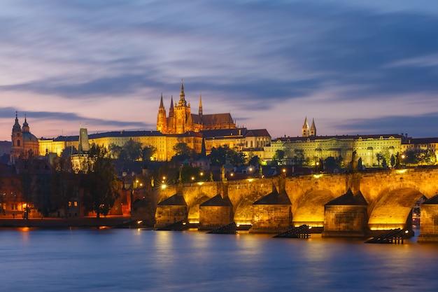 Пражский град и карлов мост на закате, чешская республика