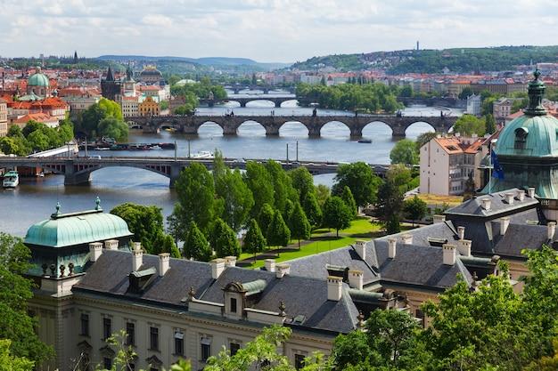 Городской пейзаж праги, вид на деревенский город, чешская республика. летний день
