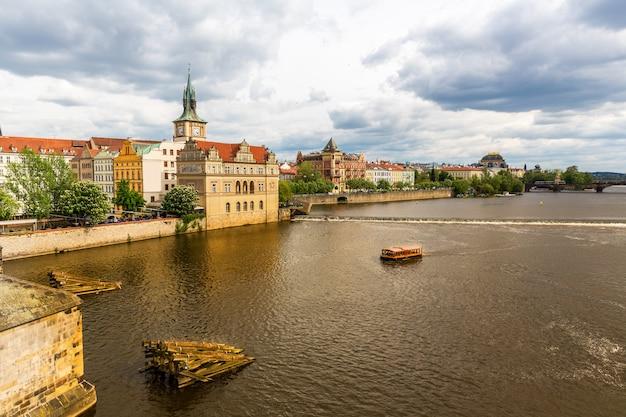 Городской пейзаж праги с рекой, чешская республика. европейский город со старинными архитектурными зданиями, известное место для путешествий и туризма.