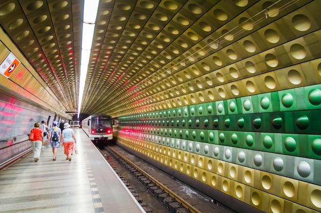 プラハ、チェコ共和国-2014年7月18日:マロストランスカ駅の地下鉄を歩いている人々