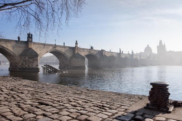 春のプラハ、霧のかかった朝のカレル橋