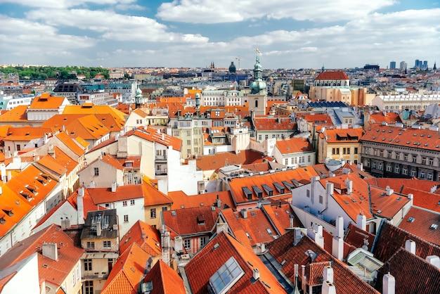 역사적인 건물이 있는 프라하 스카이라인 옥상 전망. 체코 공화국