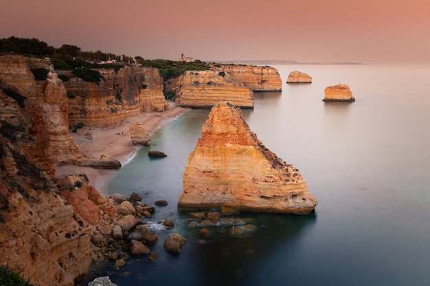 Бухта прайя-да-маринья с впечатляющими скалами в алгарве, португалия