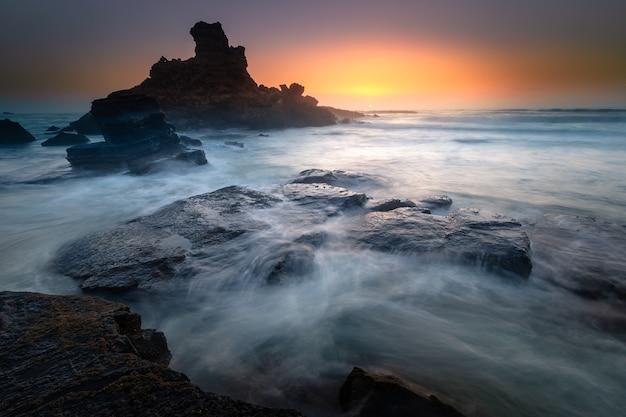 Пляж прайя-ду-кастелеху между скалами алгарве в португалии