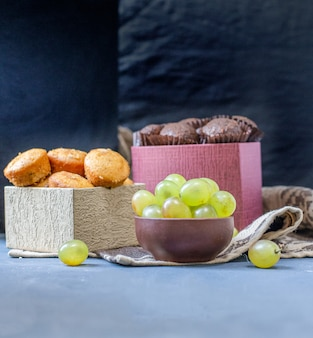 Pralines and vanilla muffins with green grapes