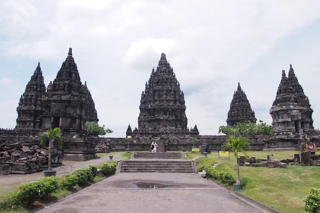 Храм прамбанан, индуистский храм в джокьякарте, индонезия