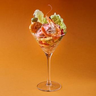 エビのサラダ。オレンジ色の背景に健康的なエビのサラダ