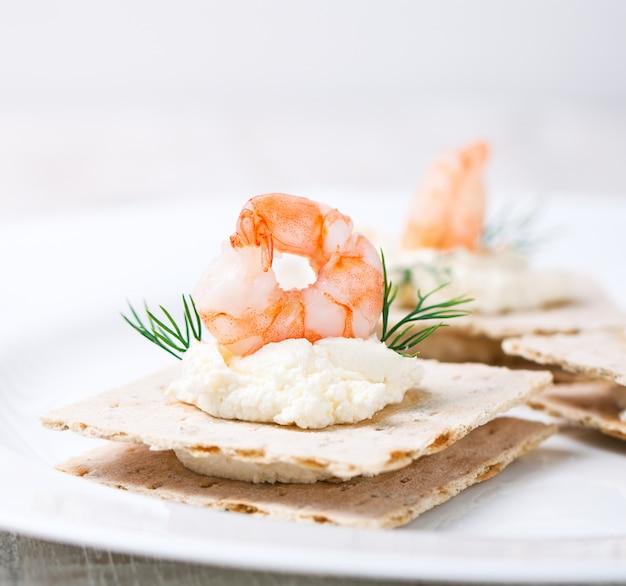 Top prawn con formaggio sotto in un piatto