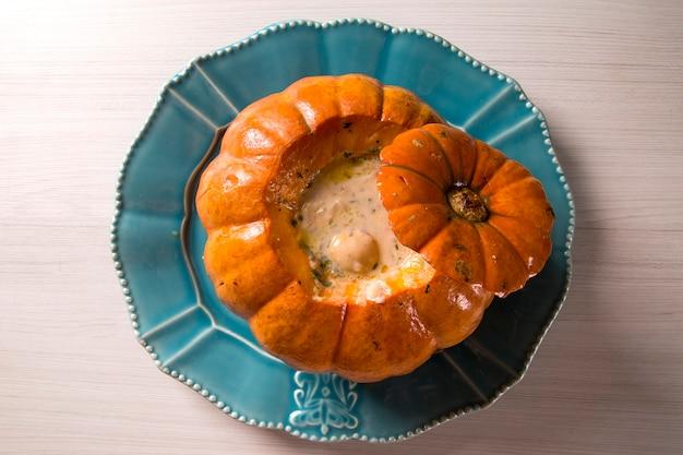 カボチャのエビ(camarao na moranga)-ローストしたカボチャの中にクリーミーなココナッツミルクソースを添えたエビ。