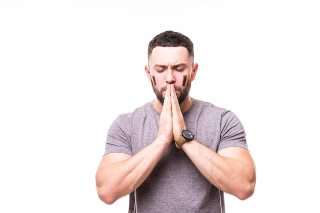 Молитесь за бельгию. футбольный болельщик бельгии молится за игру сборной бельгии на белом фоне. концепция футбольных фанатов