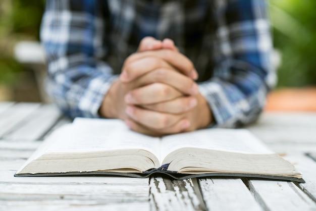 손을 위해기도하고 성서를 열어 라