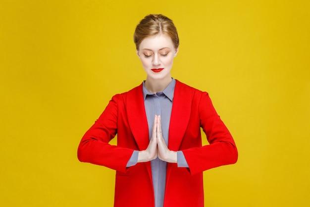 기도 소원 종교 빨간 머리 잘 차려입은 여자 명상