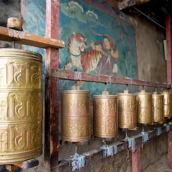 Молитвенные колеса в монастыре сера, лхаса, тибет, китай