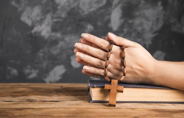 성경에 십자가 들고기도 여자