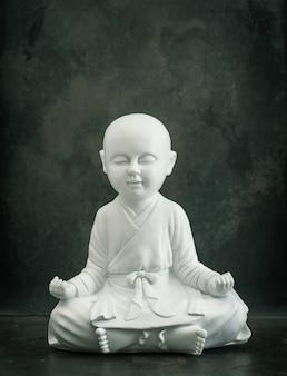 仏を祈る。白い僧侶。瞑想とリラックスのコンセプト。ヴィンテージスタイルのトーンの写真