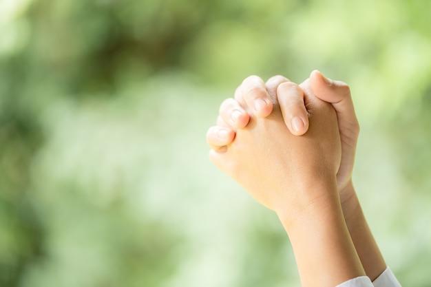 종교에 대한 믿음과 축복의 배경에 대한 하나님에 대한 믿음으로 기도합니다. 복사 공간, 텍스트 공간이 있는 어둠 속에서 희망이나 사랑, 헌신의 힘