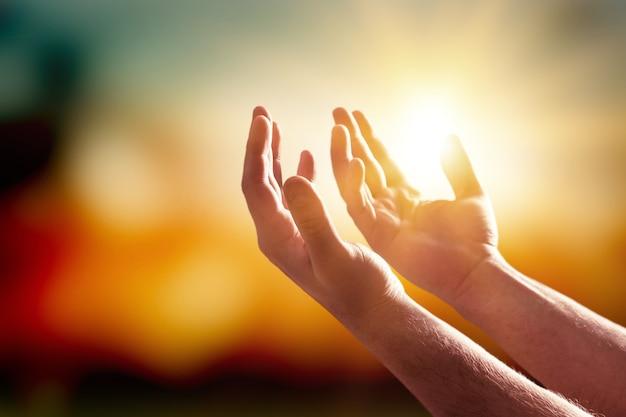 종교에 대한 믿음과 흐릿한 배경에 대한 신에 대한 믿음으로 손을 기도합니다.