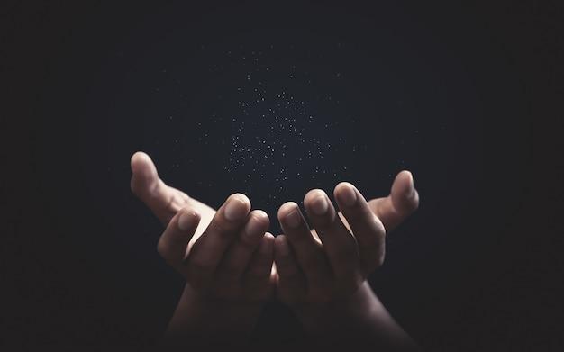 Молясь руки с верой в религию и верой в бога. сила надежды и преданности.