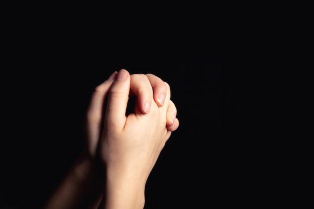 종교에 대한 믿음과 하나님에 대한 믿음으로기도하는 손