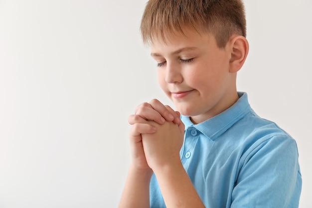 灰色の小さな男の子を祈る