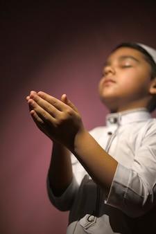 イスラム教徒の少年の祈り