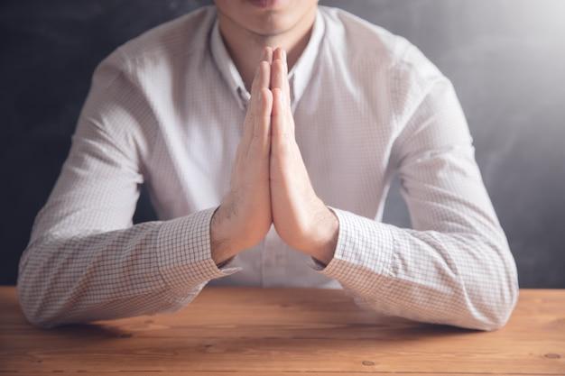 木製のテーブルで祈る。