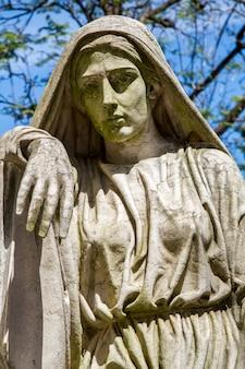 ポルトガル、リスボンの有名なポルトガル墓地prazeresの墓からの像のクローズアップ表示。