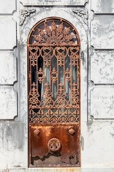 ポルトガル、リスボンの有名なポルトガル墓地prazeresからのセクションのビューを閉じます。