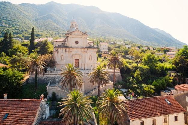 Prcanj, montenegro 코 토르 만. 성모 탄생 교회. 항공 사진.