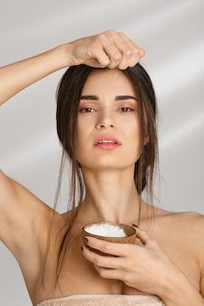 Вертикальный выброс женщина в полотенце поливая скраб, после prcedures.