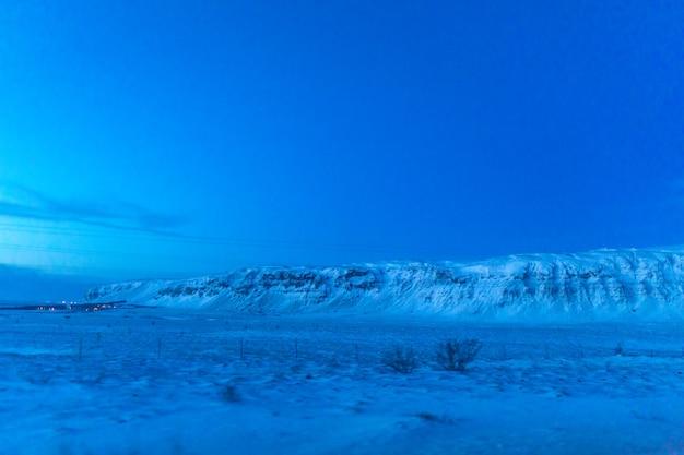 Предрассветный горный пейзаж в исландии. необычный свет.