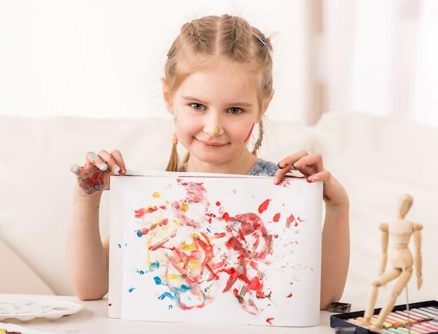 彼女の手のひらの描画を示すプレティーンの子供