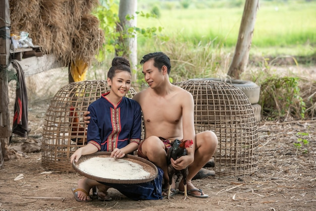 タイの伝統的なドレスコスチュームで庭の中で結婚式前の撮影