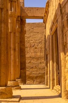 ルクソールのエジプトの神殿内の貴重な柱