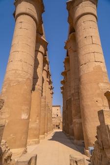 エジプトのルクソール神殿にある古代エジプトの絵が描かれた貴重な柱