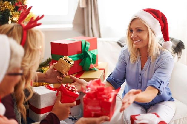 クリスマスの時期の貴重な家族の瞬間