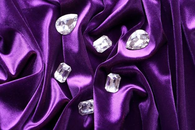 Драгоценные камни для украшений на фиолетовом бархате