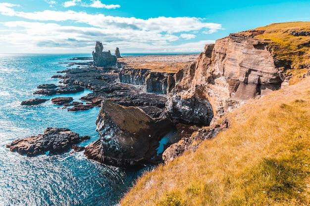 スナイフェルスネス半島の海岸にある貴重な石。アイスランド