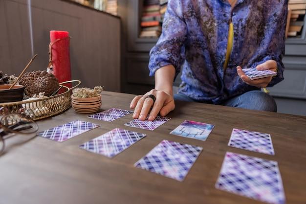 将来の予測。未来を予測しながらテーブルに横たわっているタロットカードのクローズアップ