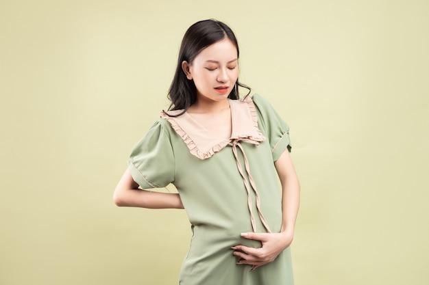 妊娠中に疲れを感じる妊娠中のアジアの女性