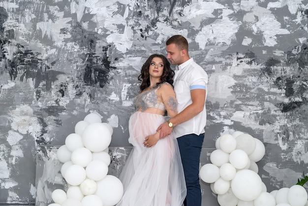 Беременная пара. муж напряженно смотрит на жену в ожидании ребенка