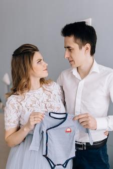 사랑에 임신 부부 남편 아내